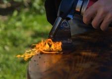Controsoffitto di pulizia da vecchia pittura con fuoco falegnameria, ripristino di vecchia mobilia fotografie stock