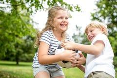 Controverse tussen kinderen en een bal stock foto