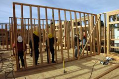 Contructing budynek mieszkaniowy latynoscy cieśle fotografia stock