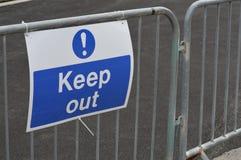 Contructions-Standort halten Zeichen ab Stockfotografie
