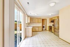 Contryside房子内部 有出口的厨房室对后院ar 库存图片