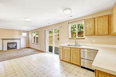 Contryside房子内部 有出口的厨房室对后院ar 免版税图库摄影
