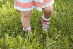 Contusione sul ginocchio del ` s del bambino fotografie stock