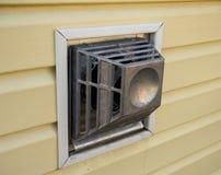 Convecteur coaxial de gaz de cheminée sur le mur de la maison image libre de droits