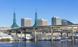 Convention Center, wie von Portland-Ufergegend gesehen Stockfotografie
