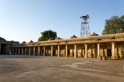 Convento Colonnaded della tomba storica di Mehmud Begada, sultano del Gujarat alla moschea di Sarkhej Roza Immagine Stock Libera da Diritti