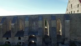 Convento de las ruinas del St Birgitta en Tallinn, Estonia almacen de video