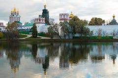 Convento de Novodevichy na lagoa com reflexão Fotografia de Stock