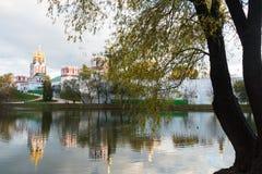 Convento de Novodevichy na lagoa com reflexão Fotos de Stock Royalty Free