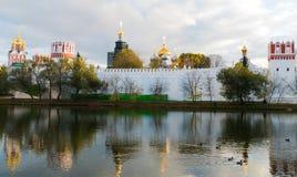 Convento de Novodevichy na lagoa com reflexão Imagens de Stock