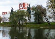 Convento de Novodevichy no fundo da lagoa Imagem de Stock Royalty Free