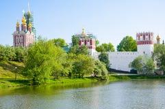 Convento de Novodevichy, também monastério de Bogoroditse-Smolensky durante o início do verão visto da lagoa em Moscou, Rússia Fotografia de Stock Royalty Free