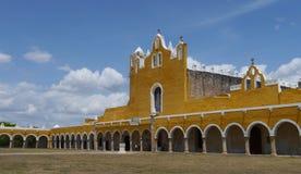 Convento del monasterio de la ciudad del amarillo de la iglesia de Izamal México Yucatán foto de archivo