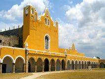 Convento di giallo di Izamal fotografia stock libera da diritti