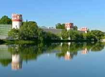 Convento di Novodevichy, anche conosciuto come il monastero 1524 di Bogoroditse-Smolensky Mosca, Russia Paesaggio di ESTATE immagini stock libere da diritti