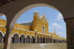 Convento do monastério da cidade do amarelo da igreja de Izamal México Iucatão Foto de Stock Royalty Free