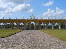 Convento do monastério da cidade do amarelo da igreja de Izamal México Iucatão Imagem de Stock Royalty Free