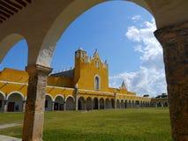 Convento do monastério da cidade do amarelo da igreja de Izamal México Iucatão imagens de stock royalty free