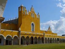 Convento do monastério da cidade do amarelo da igreja de Izamal México Iucatão Imagem de Stock