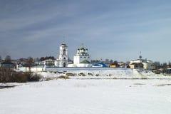 Convento do tijolo branco em Rússia no inverno Imagem de Stock