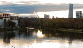 Convento e arranha-céus de Novodevichy no por do sol Foto de Stock