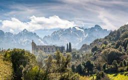Convento e montagne di San Francesco a Castifao in Corsica fotografia stock libera da diritti