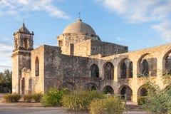 Convento och bågar av beskickningen San Jose i San Antonio, Texas på solnedgången royaltyfria bilder