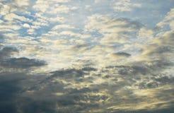 Convergence noire et blanche de nuage sur le ciel dans la soirée image stock