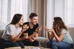 Conversação amigável, fast food, lazer, partido fotografia de stock royalty free