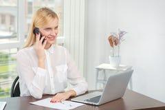 Conversação com o cliente O trabalhador de escritório encantador faz um cal Imagens de Stock Royalty Free