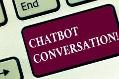 Conversação de Chatbot do texto da escrita Significado do conceito que conversa com o teclado assistente virtual da inteligência  fotos de stock