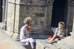 Conversação de dois iogues sábios no templo de Pashupatinath, Nepal, Kathmandu, em dezembro de 2017 imagens de stock
