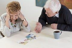 A conversação difícil do par mais velho foto de stock