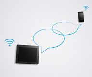 Conversação do bate-papo no smartphone e na tabuleta Fotos de Stock Royalty Free