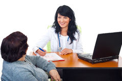 Conversação do doutor com o paciente no gabinete imagem de stock royalty free