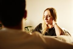 Conversação do homem atrativo e da mulher loura nova em casa Família em casa fotos de stock