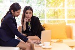 Conversação do negócio no café fotos de stock royalty free