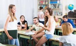 Conversação dos estudantes na sala de aula foto de stock royalty free