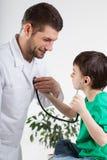 Conversação durante a visita médica Fotografia de Stock Royalty Free