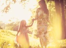 A conversação e a felicidade são importantes para a família foto de stock