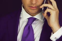 Conversação e informação, dispositivo do telefone celular ou do smartphone à disposição foto de stock royalty free