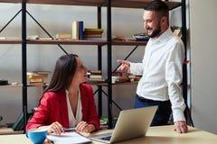 Conversação entre colegas no escritório imagem de stock royalty free