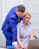 Conversação entre colegas O chefe e o trabalhador discutem o negócio Relações no local de trabalho Amigável calmo dos colegas imagem de stock royalty free