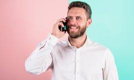 Conversação móvel com amigo Conversa do homem usando o smartphone Uma comunicação móvel mantém relações amigáveis telefone fotografia de stock royalty free