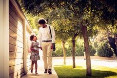 Conversação na estrada à casa fotos de stock royalty free