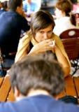 Conversação na mesa de centro fotografia de stock