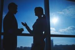 Conversação pela janela fotografia de stock royalty free