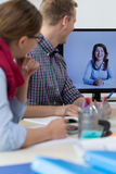 Conversação virtual no escritório fotos de stock royalty free