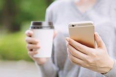 Conversa atrativa da senhora da jovem mulher em seu smartphone móvel, fotos de stock