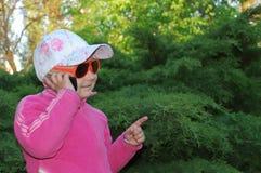 Conversa da criança para o telefone Imagens de Stock